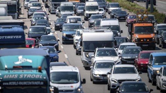 Autofahrer müssen sich zum Ende der Sommerferien in NRW auf Staus einstellen. (Archivbild)