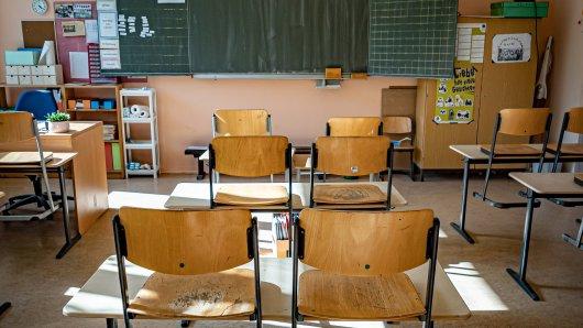 Ein Junge ist in einer ehemaligen Schule von einem Tisch gestürzt und an den Folgen gestorben. (Symbolbild)