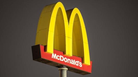 Vor einer McDonald's-Filiale in Kleve ist ein Streit eskaliert: Ein 36-Jähriger ist in eine Scheibe geworfen worden. (Symbolbild)