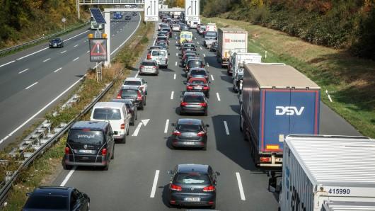 Auf der A2 bei Hamm ist ein Lkw in einen anderen Lastwagen gekracht. (Symbolbild)
