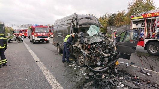 Der Transporter-Fahrer und sein Beifahrer mussten nach dem Unfall auf der A1 ins Krankenhaus gebracht werden.