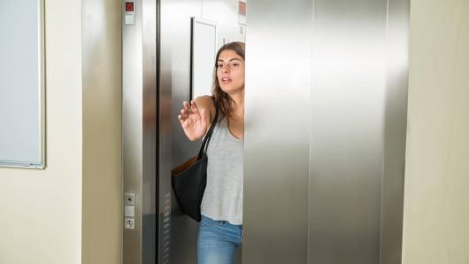Die Frau aus München schaffte es nicht rechtzeitig aus dem Aufzug – dann beginnt der Horror! (Symbolbild)