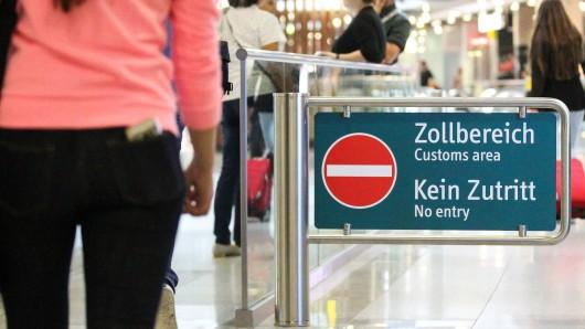 Die Polizei kontrollierte am Flughafen Düsseldorf eine Reisende. (Symbolbild)