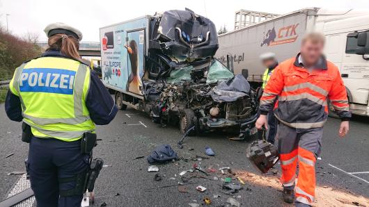 Nach einem furchtbaren Unfall auf der A1 in Schwerte musste die Autobahn für kurze Zeit gesperrrt werden.
