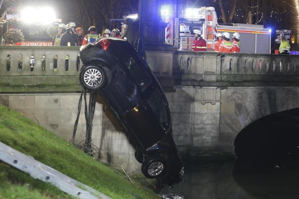 Düsseldorf: Auto versinkt in Wassergraben an der Kö – fünf Verletzte!