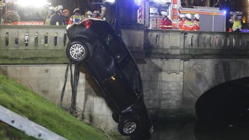 Düsseldorf: Auto versinkt in Wassergraben auf der Kö – fünf Verletzte