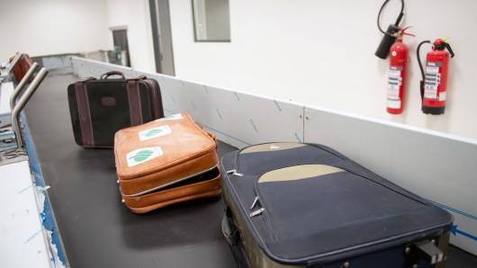Nachdem es am Flughafen gelandet war, machte ein Paar aus NRW einen Schock-Fund im Koffer. (Symbolbild)