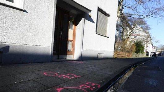 Polizeimarkierungen sind auf dem Boden vor der Tür eines Hauses im Stadtteil Mülheim zu sehen. Nach dem Fund zweier Leichen, einer 78 Jahren alten Frau und ihrer 60 Jahre alten Bekannten, ermittelt die Polizei wegen eines Gewaltverbrechens.