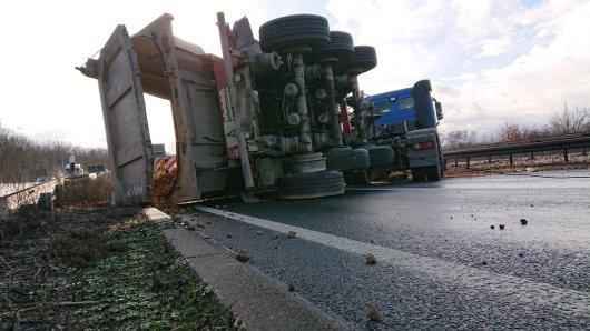 Ein umgekippter Lkw versperrt die A45 bei Schwerte.