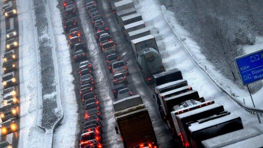 Auf der A1 bei Wuppertal in Richtung Dortmund liegt Schnee auf der Fahrbahn. (Archivfoto)