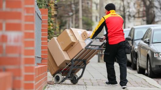 Ein Paketzusteller erlebte bei einem Kunden in Wesel eine unangenehme Überraschung. (Symbolfoto)