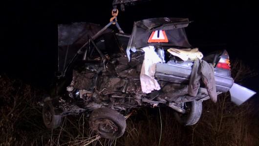 Ein Auto wurde bei einem Unfall auf der A59 über die Leitplanke geschleudert, musste geborgen werden.