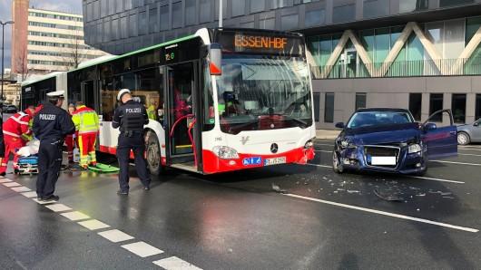 Heftiger Zusammenstoß in Essen! Ein Audi wollte links abbiegen, ist dabei in einen vorbeifahrenden Linienbus gekracht.