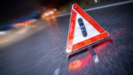 Nach dem Unglück auf der A44 musste die Autobahn am Montagmorgen gesperrt werden. (Symbolbild)