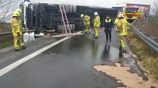 Auf dem Verbindungsstück zwischen A3 und A52 am Kreuz Breitscheid ist ein Lkw umgekippt und hat sich den Fahrzeugtank aufgerissen.