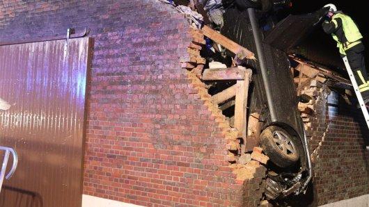 Die Feuerwehr musste den Fahrer aus dem Auto im Münsterland befreien.