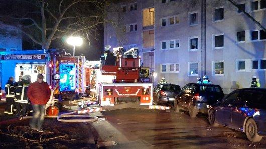 Nach einem schweren Brand in Moers (NRW) kamen fünf Anwohner ins Krankenhaus.