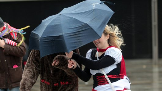 Das Wetter in NRW beschert den Narren und Jecken unangenehme Tage. (Symbolbild)