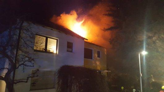 In Kamen (NRW) brannte am Samstagmorgen das Dachgeschoss einer Doppelhaushälfte. Ein Mensch konnte nur noch tot aus dem Gebäude geborgen werden.