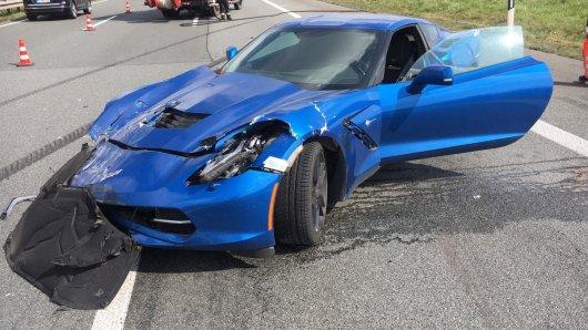 Nach einem Rennen auf der A2 ist die Corvette stark beschädigt.