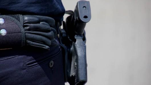 Nach Schussabgabe auf den Mann in Dormagen, NRW, fahndet die Polizei nach den Tatverdächtigen. (Symbolbild)