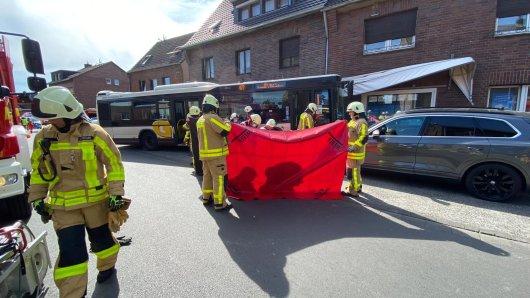 Am Sonntagnachmittag ist in Grevenbroich, NRW, ein Bus in eine Hauswand gefahren.
