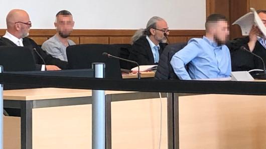Die beiden Angeklagten Masud (hinten) und Mohammed Ali zwischen ihren Verteidigern.