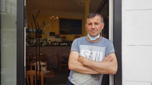 NRW: Ali Jahari (45) vor dem Restaurant Vulcano in Düsseldorf-Friedrichstadt.