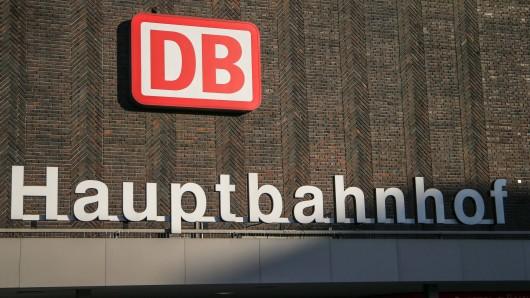 Duisburg Hauptbahnhof: Ein Mann wurde von einem Trio brutal verprügelt.