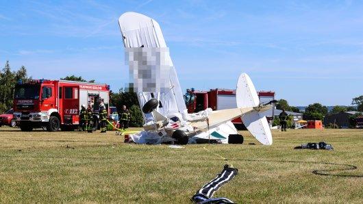 Das abgestürzte Leichtflugzeug auf dem Flughafen in Iserlohn (Sauerland).