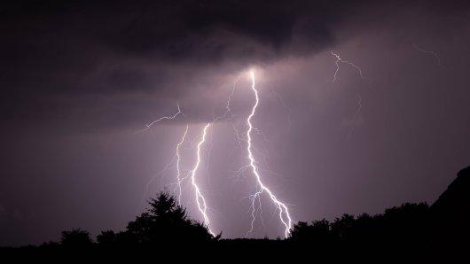 Der Deutsche Wetter dienst warnt am Sonntag vor extremen Hitzegewittern! (Symbolbild)