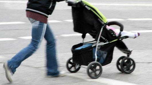 NRW: In Hagen wurde eine Mutter von einem Auto angefahren. Dabei stürzte ihr mitgeführter Kinderwagen samt Baby um.