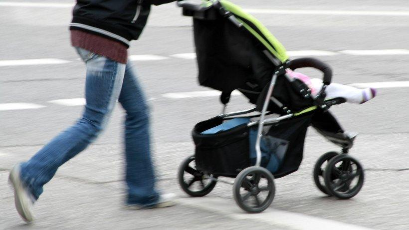 NRW: Schrecklicher Unfall! Auto fährt Mutter an – Baby fällt aus Kinderwagen