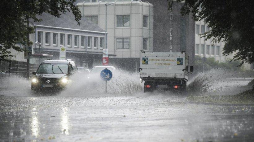 Unwetter in NRW: Über 400 Einsätze in DIESER Stadt +++ Wassermassen schließen Frau in Auto ein