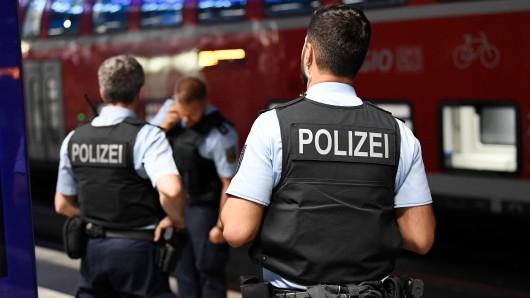 Die Bundespolizei ist für die Sicherheit in Bahnhöfen und Zügen zuständig. Und kann auch hinzugerufen werden, wenn sich Gäste weigern, eine Schutzmaske gegen Corona anzuziehen. (Symbolfoto)
