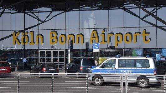 Am Flughafen Köln/Bonn wollte ein Mann die Polizei austricksen, doch das ging nach hinten los. (Symbolbild)