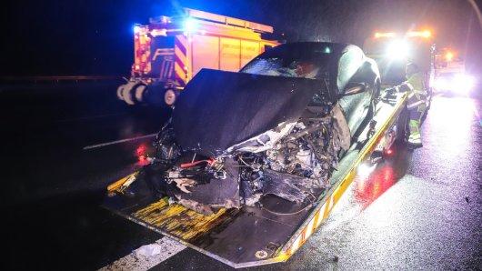 Auf der A1 krachte es in der Nacht zu Samstag ordentlich. Der Ferrari hat einen Totalschaden.