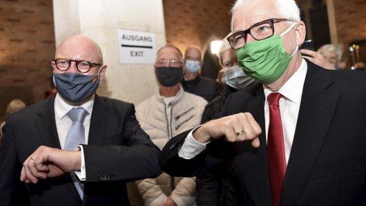 Faires Stichwahl-Duell in Münster: Sieger und CDU-Amtsinhaber Lewe (links) und Herausforderer Todeskino (Grüne) mit einem Ellenbogen-Gruß in Corona-Zeiten.