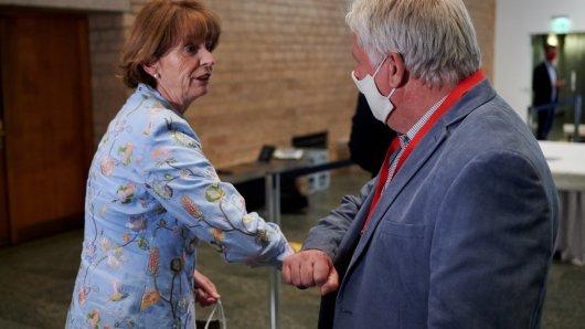 Andreas Kossiski, Oberbürgermeisterkandidat der SPD (r), gratuliert im Rathaus Henriette Reker, Oberbürgermeisterin von Köln. Reker gewann die Stichwahl und verteidigte ihren Sitz im Rathaus.