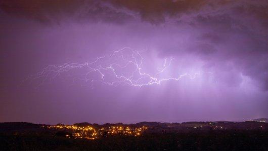 Wetter NRW: Gleich kann es im Pott richtig knallen. (Symbolbild)