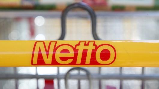 Netto in NRW: Die Feuerwehr musste einen Mann vom Dach eines Discounters in Issum retten. Einfach dämlich, was der 21-Jährige geplant hatte.