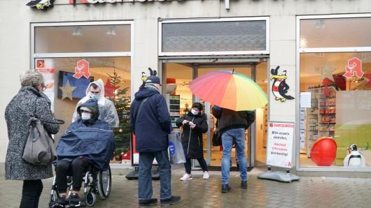 Eine Warteschlange vor der Rathaus-Apotheke in Herne.
