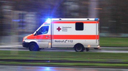 NRW: Schreckliche Tragödie in Ostwestfalen! Ein Vater hat beim Rangieren seines Traktors seinen siebenjährigen Sohn überrollt. (Symbolbild)