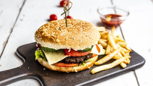 Am Freitagnachmittag hat ein Burgerladen in Köln-Deutz im Rahmen einer Aktion kostenlose Burger verkauft. (Symbolbild)