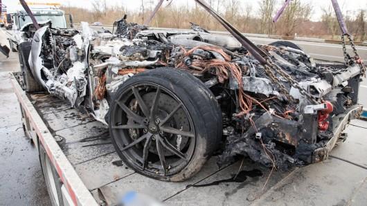 Der Ferrari ist nur noch ein abgebranntes Wrack.