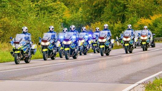 Eine Kolonne bestehend aus zahlreichen Polizei-Motorrädern. (Symbolfoto)