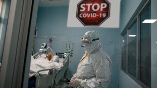 Die Corona-Pandemie beherrscht weiterhin das Leben der Menschen. (Symbolbild)