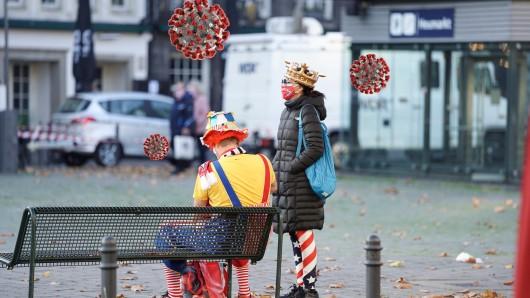 Ein einsames Bild: Am 11.11.2020 feierten zwei Jecken am Heumarkt alleine ein wenig Karneval. Wegen der Corona-Pandemie müssen die Karnevalsveranstaltungen ausfallen.