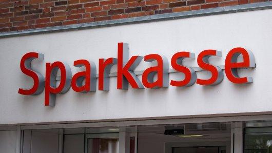 Die Sparkasse in Düsseldorf geht jetzt rigoros gegen bestimmte Kunden vor. (Symbolbild)