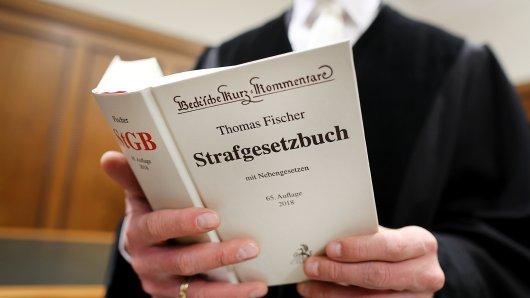 Am Landgericht Köln muss sich nun ein Mann wegen versuchten heimtückischen Mordes verantworten. (Symbolbild)